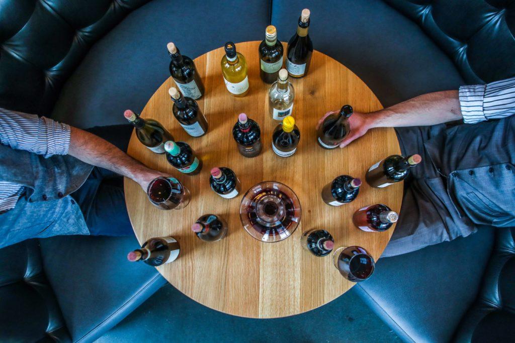 před uzavřením vína do lahve